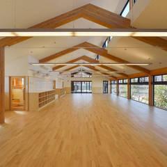 見晴らしの良い2階保育室: ユニップデザイン株式会社 一級建築士事務所が手掛けた学校です。