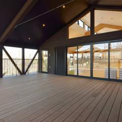 2階デッキスペース: ユニップデザイン株式会社 一級建築士事務所が手掛けた学校です。