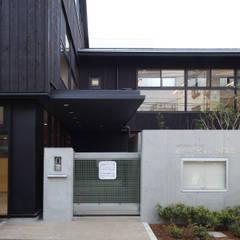 正面玄関: ユニップデザイン株式会社 一級建築士事務所が手掛けた学校です。