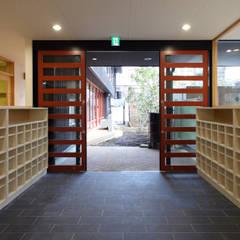 エントランス: ユニップデザイン株式会社 一級建築士事務所が手掛けた学校です。