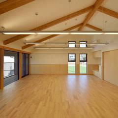 見晴らしの良い2階乳児室: ユニップデザイン株式会社 一級建築士事務所が手掛けた学校です。