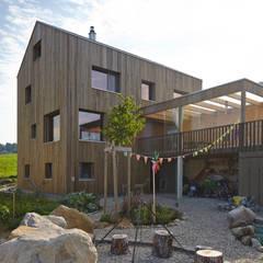 Vollholzhaus in Schüpfheim:  Garage & Schuppen von UNIT Architekten