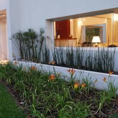 El Encuentro 1: Jardines de estilo  por Estudio de Arquitectura Clariá & Clariá