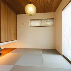 Salas multimedia de estilo  por 株式会社トランスデザイン