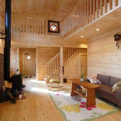 江南市に建つログハウスの家: 木の家株式会社が手掛けたリビングです。,カントリー