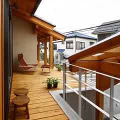 全て障子で仕切る家: 遠藤浩建築設計事務所 H,ENDOH  ARCHTECT  &  ASSOCIATESが手掛けたテラス・ベランダです。,カントリー