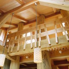 大木を柱に3本使った家: 遠藤浩建築設計事務所 H,ENDOH  ARCHTECT  &  ASSOCIATESが手掛けた和室です。,カントリー