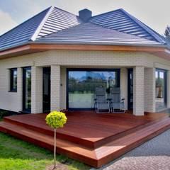 Taras przy domku letniskowym: styl , w kategorii Taras zaprojektowany przez Tarasy-drewniane- Dorota Maciejewska