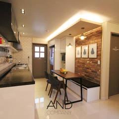 공간 활용도를 높인 모던인테리어 : 앤드컴퍼니의  다이닝 룸