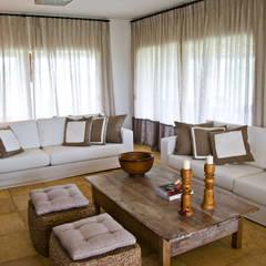 CASA NA FAZENDA - RIO GRANDE DO NORTE: Salas de estar  por Renato Teles Arquitetura
