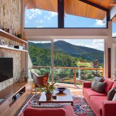 Casa Itaipava: Salas de estar  por sadala gomide arquitetura