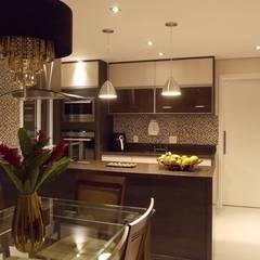 Cozinha na sala: Cozinhas  por Lúcia Vale Interiores