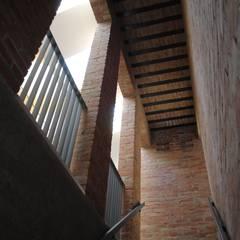 Kampinos schody: styl , w kategorii Korytarz, przedpokój zaprojektowany przez MITARCHITEKCI