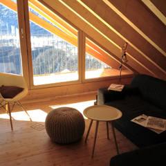 Wohnzimmer im Dachgeschoss:  Multimedia-Raum von André Rösch Architekt