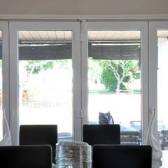 Comedor con ventanal de una Casa Cube de 100 metros cuadrados: Comedores de estilo  de Casas Cube