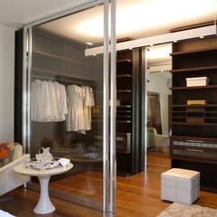 Residência Sorocaba: Closets modernos por Denise Barretto Arquitetura
