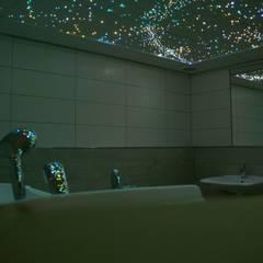 Luxe Badkamer Sterrenhemel plafond verlichting van glasvezel en LED:  Badkamer door MyCosmos