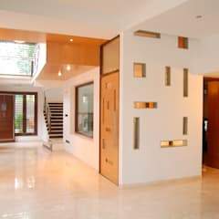 DR.HARIHARAN RESIDENCE:  Corridor & hallway by Muraliarchitects,Modern