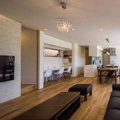 白珪の家: 梶浦博昭環境建築設計事務所が手掛けたリビングです。