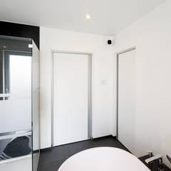 Moderne binnendeuren met ingebouwde grepen:  Binnendeuren door Anyway Doors