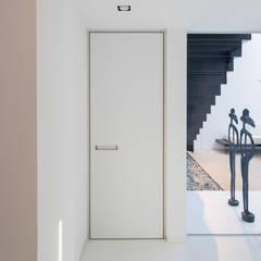 Moderne binnendeur met ingewerkte handgreep:  Binnendeuren door Anyway Doors