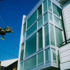 Rumah oleh 原 空間工作所 HARA Urban Space Factory, Modern Kaca