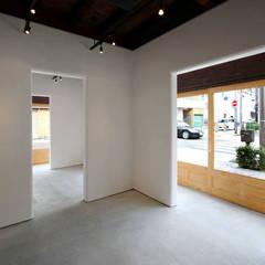 Salas multimedia de estilo ecléctico por 一級建築士事務所 ヒモトタクアトリエ