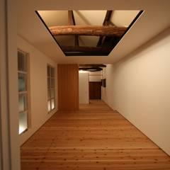 2階寝室: 一級建築士事務所 ヒモトタクアトリエが手掛けた寝室です。
