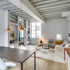 Appartement Paris: Salon de style  par Meero