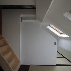 deux chambres communicantes: Chambre de style  par ici architectes sprl
