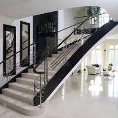 ST655 Schody klasyczne gięte / ST655 Classical Curved Stairs Klasyczny korytarz, przedpokój i schody od Trąbczyński Klasyczny