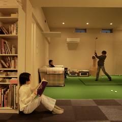 家族の気配を感じる大空間の家: TERAJIMA ARCHITECTSが手掛けたガレージです。