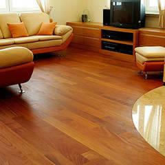 podłoga z drewna egzotycznego: styl , w kategorii Salon zaprojektowany przez TKM Wieckowski Sp.J