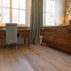 deska podłogowa olejowana: styl , w kategorii Hotele zaprojektowany przez TKM Wieckowski Sp.J