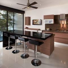 Casa GM: Cocinas de estilo  por GLR Arquitectos
