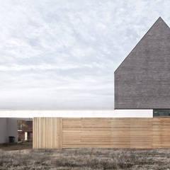 Dom w Bojanie - widok od strony wejścia: styl minimalistyczne, w kategorii Domy zaprojektowany przez PRACOWNIA 111