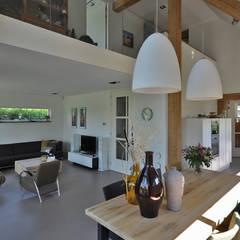 Schuurwoning:  Woonkamer door Bongers Architecten