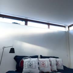 Eén van de slaapkamers:  Slaapkamer door OX architecten