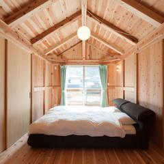 石井の住宅: 中飯賀業建築研究所が手掛けた寝室です。