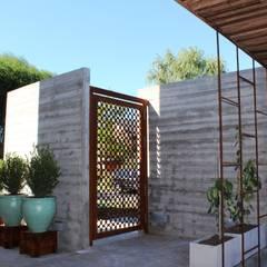 frentes de entrada: Jardines de estilo asiático por BAIRES GREEN