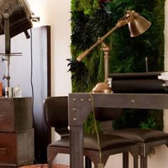 Déco industrielle et mur végétal: Bureau de style de style eclectique par So D-Sign
