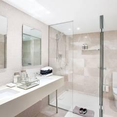 Vivienda en Sarria con suelo de mármol: Baños de estilo  de Inèdit