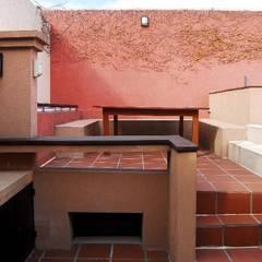 PARRILLA Y COMEDOR EXTERIOR: Terrazas de estilo  por Parrado Arquitectura