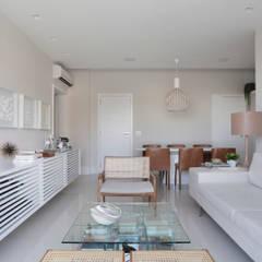 APARTAMENTO CAC: Salas de estar  por Yamagata Arquitetura