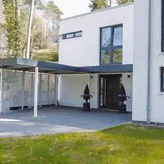Carport mit Eingangsüberdachung: klassische Garage & Schuppen von ESB-Fertiggaragen und Carports