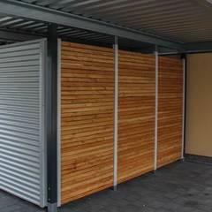 Carport mit Geräteraumabtrennung und Schiebetüre:  Garage & Schuppen von ESB-Fertiggaragen und Carports
