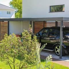 Carport mit weißer Schiebetür in Stahlwelle: klassische Garage & Schuppen von ESB-Fertiggaragen und Carports