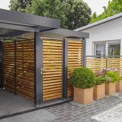 Carport mit seitlichem Geräteraumanbau aus Holz und Drehtür:  Garage & Schuppen von ESB-Fertiggaragen und Carports