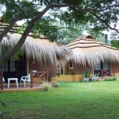 Solares de la Laguna - CABAÑAS: Hoteles de estilo  por D'ODORICO OFICINA DE ARQUITECTURA