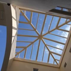 アトリウム: 一級建築士事務所 FADが手掛けたテラス・ベランダです。